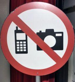 Enciendan sus teléfonos móviles en el concierto, por favor.