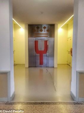 Logo de la Orquesta Joven de la Orquesta del concertgebouw en un asecensor de la sede de ensayos en Ede (Holanda).