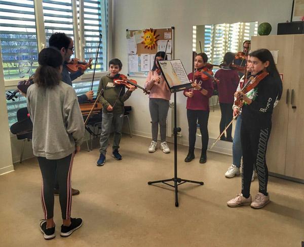 Clases de violín por Dvid Peralta Alegre con jóvenes de Ponferrada