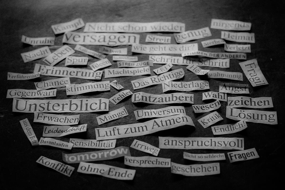 Collage von Wörtern, die aus einer Tageszeitung ausgeschnittenen wurden