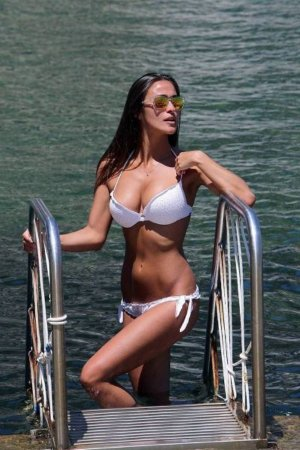 as-the-weather-gets-cold-outside-i-dream-of-bikinis-40-photos-10