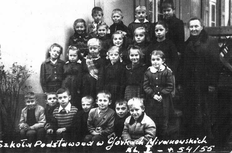 Wychowawczyni Wacława Endrukajtis z uczniami klasy I, rok szkolny 1954/1955.