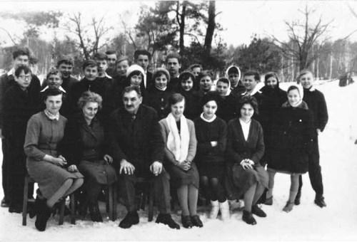 Początek lat sześćdziesiątych. W pierwszym rzędzie od lewej nauczyciele: Alina Palaszek, Maria Mathis, Józef Mathis, Leontyna Zalewska, Jadwiga Budrowska i Marianna Puścian.