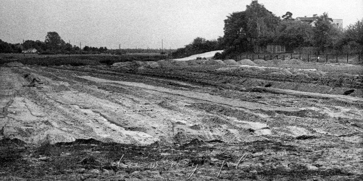 Boisko treningowe, strona Sosnówki, sypanie ziemi na skarpy. 25 sierpnia 1958