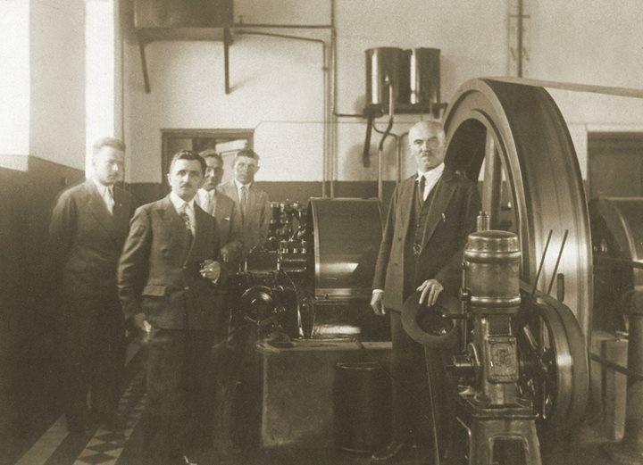 Burmistrz Stanisław Marszał (pierwszy od prawej) w miejskiej elektrowni.