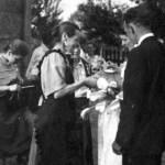 Para młodych. Kobieta w charakterystycznej girlandzie na głowie i długim welonie, Kury, lata 40 XX w.