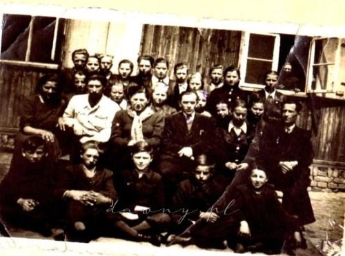 Uczniowie na tle szkoły w 1953 r.