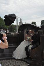 Das Hochzeitspärchen ließ sich derweil auf der Neustädter Seite der Augustusbrücke professionell fürs Familienalbum ablichten. Foto: Una Giesecke