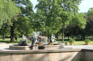 Drei Grazien genießen die traumhafte Aussicht am Elbufer am Hotel Bellevue in Richtung barocke Altstadt. Der Brunnen wurde 1983 von Vinzenz Wanitschke aus Bronze und Sandstein geschaffen.