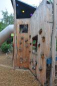 Der nagelneue Spielplatz an der Louisenstraße bietet Gelegenheiten zum Klettern, Rutschen und Balancieren. Foto: Una Giesecke
