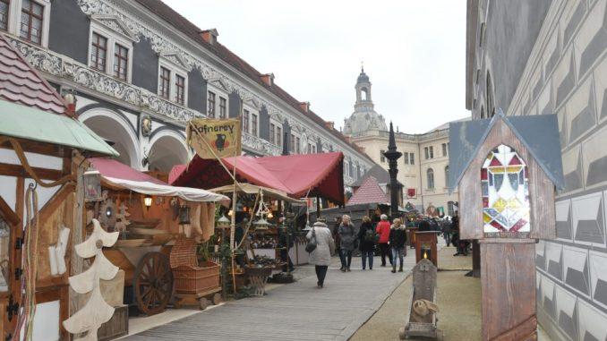 Seit Mittwoch lädt der Mittelaltermarkt wieder in den Stallhof ein. Foto: Una Giesecke