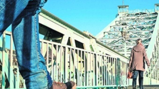 Der Gehweg an der Loschwitzer Brücke hat wieder eine solide Stahlkonstruktion. Foto: Norbert Neumann