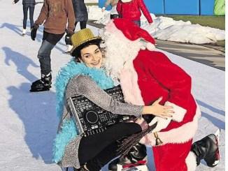 In der EnergieVerbund Arena locken im Freien und in der Halle die größte Eislauffläche zum Kurvenspaß. DJane Maria und der Weihnachtsmann sorgen dabei für gute Laune. Foto: Eigenbetrieb Sportstätten