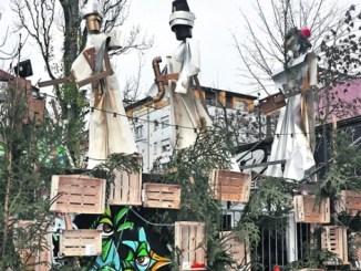 Über dem trashigen Adventskalender neben der Scheune zogen die drei Weisen aus dem Morgenland schon im Dezember in der Dresdner Neustadt los. Foto: Una Giesecke