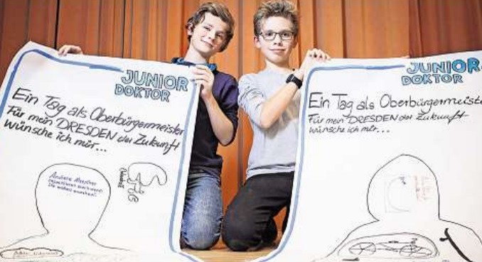 Kinder malen sich Dresdens Zukunft aus: Eric (l.) und Patrick mit ihren Werken. Foto: S. Ellger