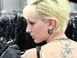 Über 100 Tätowierer sind bei der Tattoo Convention zu Gast und zeigen teilweise live ihr Können. Foto: Matthias Rietschel/dapd