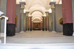 """Von der Treppe, die aus dem unterirdischen Verbindungsgang hinaufführt, fällt der erste Blick ans Ende der Säulenhalle. Dort thront Corregios """"Heilige Nacht"""". Foto: Una Giesecke"""