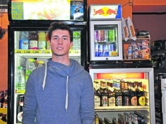 Dem Angestellten Philipp Baier vom Spätshop an der Bautzner Straße bescheren die Sperrstunden für Alkoholverkauf regelmäßig Kundenflauten. Foto: Una Giesecke