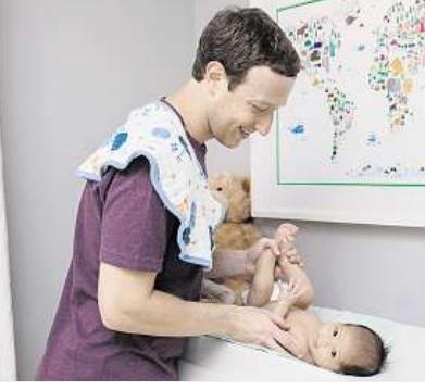 Der prominenteste aller Väter, Mark Zuckerberg, wickelt seine Tochter. Zu sehen war das natürlich auf Facebook. Archivfoto: Facebook