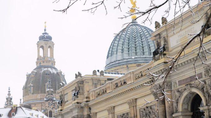 Die Frauenkirche und die Hochschule für bildende Künste wurden Anfang der Woche zu einem begehrten Wintermotiv. Foto: DAWO
