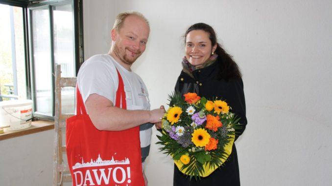 Oliver Kohlmann bekam während seiner Arbeitszeit von Juliane Zönnchen von DAWO! den Blumenstrauß des Monats überreicht. Foto: F. Sommer