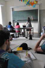 Aufmerksam folgen die Deutsch-Kursanten Kathleen Dilgs Erklärungen. Foto: Una Giesecke