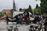 """Am Albertplatz bereiteten sich Gegendemonstranten mit Plakat und Lautsprechermusik auf die angekündigten """"Montagsspaziergänger"""" vor. Foto: Una Giesecke"""