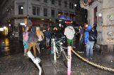 Die Kreuzung Louisen-/Görlitzer Straße ist spätabends immer belebt, auch bei Regen. Foto: Una Giesecke