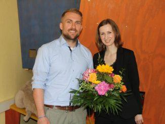 Herr Ebert freute sich über den Blumenstrauß von Annegret Riemer vom Sonnenstrahl e. V. Foto: F. Sommer