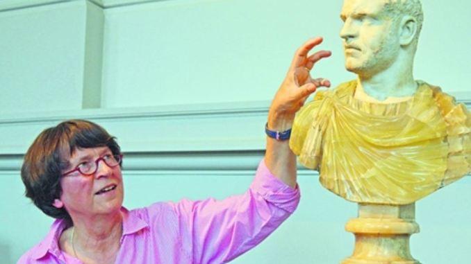 Konservatorin Kordelia Knoll mit einem Ausstellungsstück Foto: Thessa Wolf