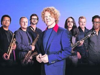 Sänger Mick Hucknall (M.) und Band. Foto: Dean Chalkley/PR