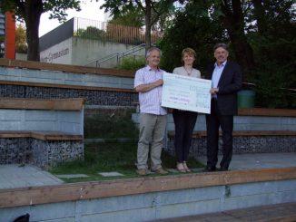 Thomas Muschalek und Silke Opitz vom Schulförderverein Vitzthum-Gymnasium nahmen den Scheck von Kai Böhme entgegen. Foto: PR