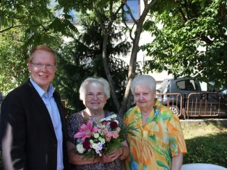 Christa Brückner bekam den Blumenstrauß des Monats von von Dirk Hänig von der DAWO! und ihrer Freundin Gisela Dietze überreicht. Foto: Oliver Goldberg