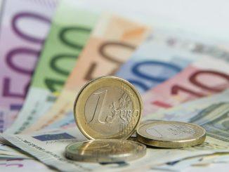 Zahlreiche Euro-Banknoten und Euromünzen. Foto: Daniel Reinhardt/Archiv