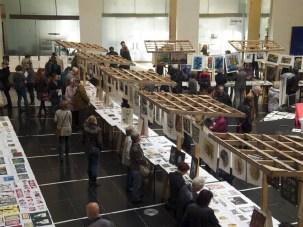 In lockerer Marktatmosphäre werden die Arbeiten von über 100 Künstlerinnen und Künstlern im Sparkassenhaus präsentiert.