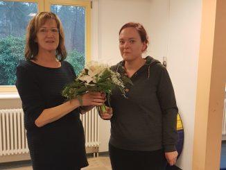 Martina Ziegenbalg erhielt den Blumenstrauß des Monats von Franziska Sommer vom DAWO!-Team. Foto: DAWO!
