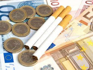 Das Rauchen aufgeben und sparsamer Leben gehört zu den guten Vorsätzen für das neue Jahr. Foto: djd