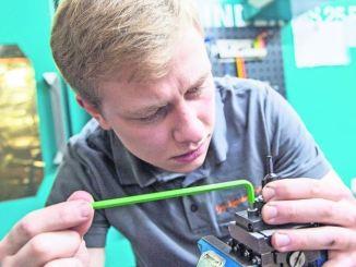 Als angehender Zerspanungsmechaniker lernt André Neuhaus vor allem, wie er Maschinen zu bedienen und zu warten hat. Darin werden bestimmte Bauteile produziert, die nicht zur Standardware im Baumarkt gehören. Fotos: dpa/Caroline Seidel