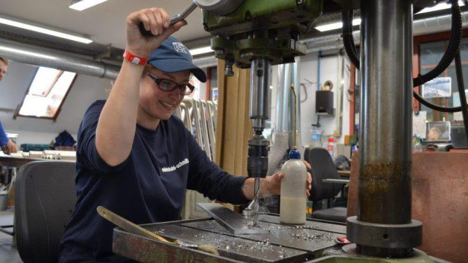 Die 20-Jährige Oberlausitzerin, Laura Eisold, gewann den Sächsischen Leistungswettbewerb des Handwerks im Beruf des Metallbauers/Fachrichtung Konstruktionstechnik. Foto: Handwerkskammer Dresden