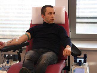 Jörg Dreßler von den Dresden Monarchs bei seiner Blutspende. Foto: Franziska Sommer