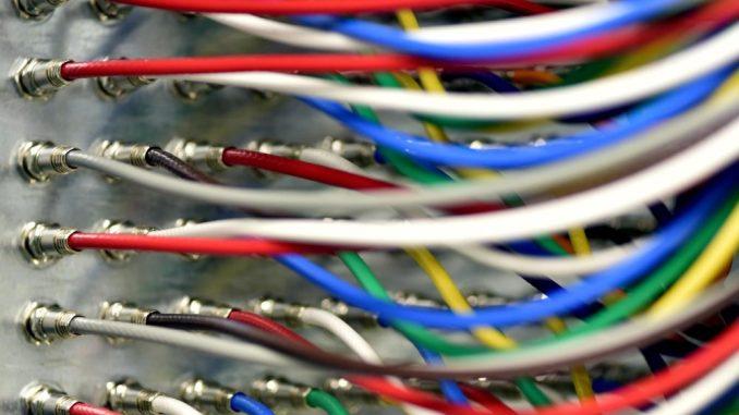 Bunte Kabel eines Kabelnetzbetreibers sind zu sehen. Foto: Ralf Hirschberger/Archiv