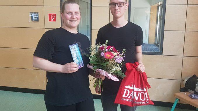 Anke Schmidt freute sich über den Blumenstrauß des Monats Mai, den Oliver Goldberg vom DAWO!-Team überreichte. Foto: F. Sommer