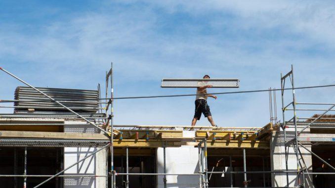 Auf einer Baustelle in Dresden wird am gearbeitet. Foto: Arno Burgi/Archiv