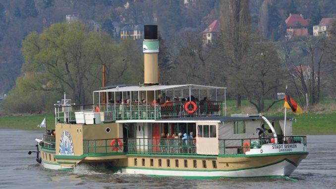 Das Dampfschiff «Stadt Wehlen» fährt elbabwärts. Foto: Ralf Hirschberger dpa/Archiv