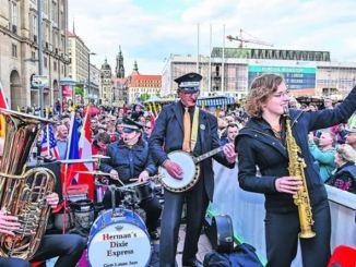 Begeisterte Musiker und Zuhörer auf der Abschlussparade Foto: Hendrik Meyer