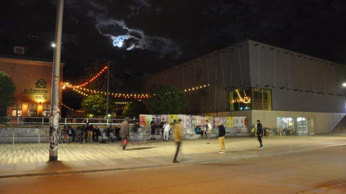 Kicken unterm Vollmond - Nachtfußball vor der Scheune in der Dresdner Alaunstraße Foto: Una Giesecke