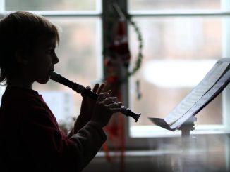 Ein Musikschüler spielt an einer Musikschule auf der Blockflöte. Foto: Jens Büttner/Archiv
