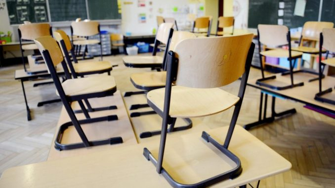 Stühle stehen in einer Schule nach Unterrichtsende auf den Tischen. Foto: Caroline Seidel/Archiv