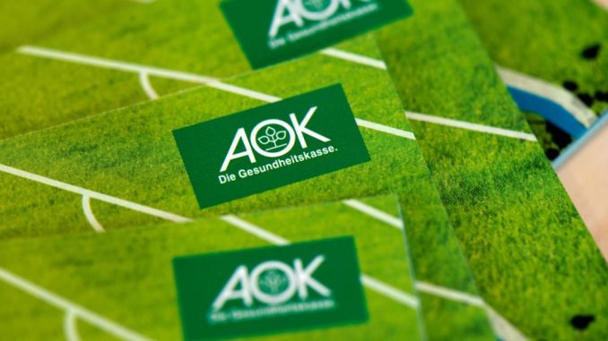 In einer Niederlassung der AOK Plus liegt Werbematerial der Krankenkasse aus. Foto: Arno Burgi/Archiv
