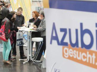 Besucher der Azubi- und Studientage informieren sich an einem Stand Foto: Sebastian Willnow